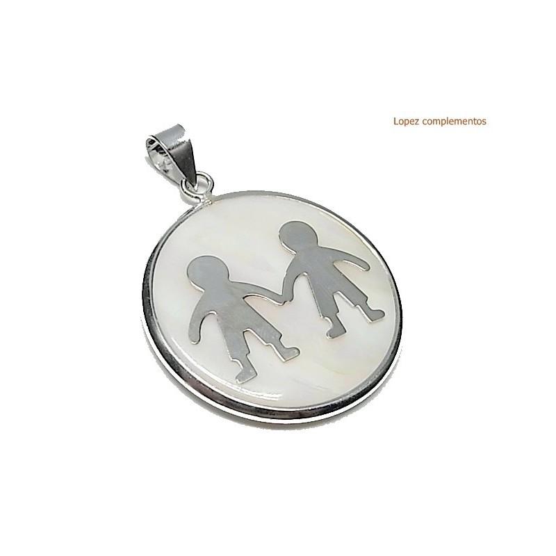 Medalla nacar con niño y niño
