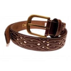 Cinturon de cuero calado marrón fondo blanco